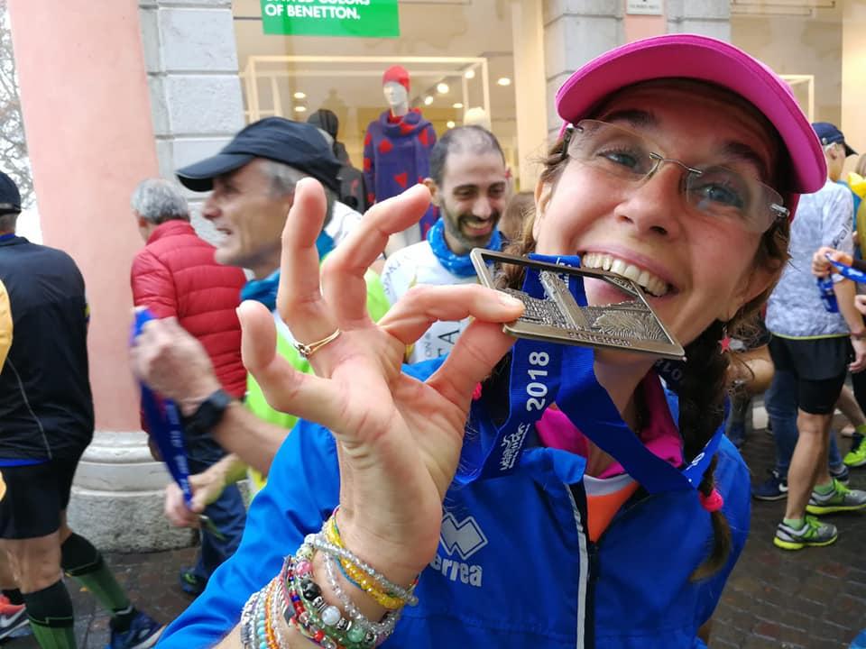 La felicità di Moira Eva Bonetto al termine della Garda Half Marathon, conclusa con il record personale sulla distanza