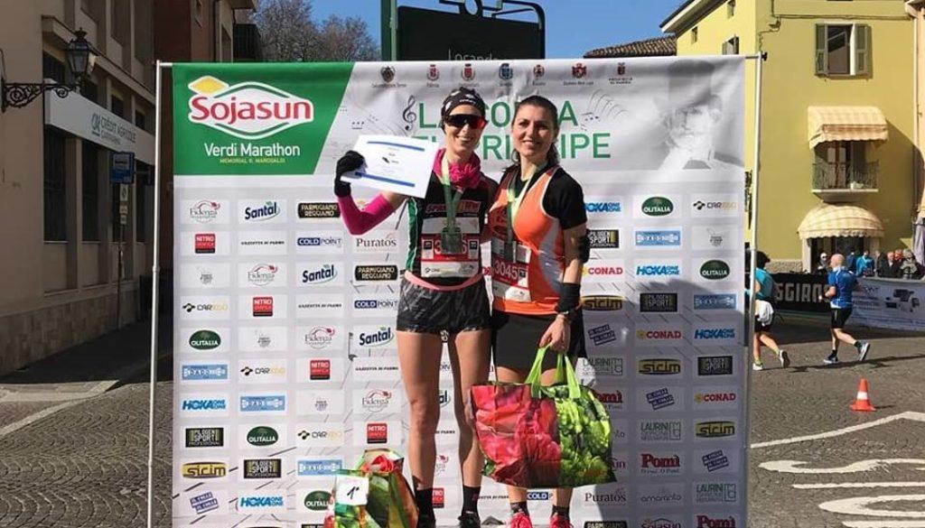Nella foto Michela Scalco è con Anna Zilio, la vincitrice ed unica donna a scendere sotto le 2h (foto tratta dal profilo Facebook di Michela Scalco)
