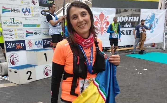 Rodica al termine della 100 km. del Passatore con la bandiera della sua Moldova