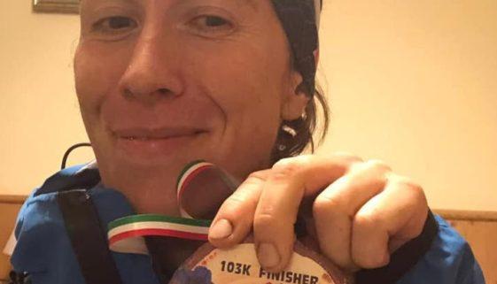 Federica Menti con la medaglia di finisher della DXT 2019